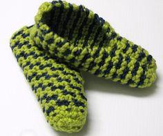 Les mailles glissées reviennent souvent dans mes patrons de pantoufles ! C'est fou le nombre de motifs que l'on peut créer en glissant les mailles de deux couleurs différentes. Plus les… Style Converse, Knitting Patterns, Crochet Patterns, Mommy Workout, Chest Workouts, Slip Stitch, Knitting Socks, Gloves, Breast