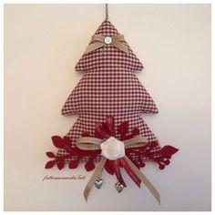 Albero decorato a quadrettini rossi con pendagli cuoricini