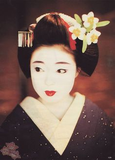 Una de las Geishas más famosa de Gion por su belleza. Katsuno es solicitada por revistas de moda y guias de restaurantes.   Katsuno en su ép...