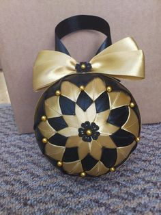 Christmas Baubles Black & Gold ~ Handmade Christmas Decoration - no info; design idea only Quilted Fabric Ornaments, Quilted Christmas Ornaments, Beaded Ornaments, Christmas Fabric, Ornament Crafts, Gold Christmas, Christmas Baubles, Christmas Crafts, Ball Ornaments