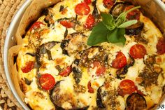 Ingrediënten: - 90 ml olijfolie - 2 aubergines, in plakken gesneden van 1½ cm - zout en zwarte peper - 150 g feta, in kleine blokjes gesneden - 150 g roomkaas - 60 ml slagroom - 3 eieren - 150 g klein