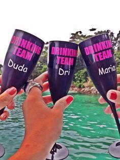 """Taças de espumante pretas de acrilico personalizadas com a frase """"drinking Team"""" em rosa e nome em branco, pela Personalize Me"""