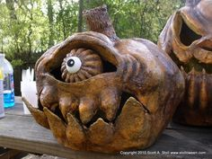 I like the mouth on this one. Evil Pumpkin, Scary Pumpkin, Pumpkin Art, Pumpkin People, Pumpkin Carvings, Pumpkin Faces, Halloween Arts And Crafts, Modern Halloween, Outdoor Halloween