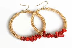 Coral hoop earrings made of gold colored wire and red coral natural stone chip beads. These earrings are crocheted by hand with a tiny hook and fine wire. Wire Earrings, Gemstone Earrings, Earrings Handmade, Handmade Jewelry, Crochet Stone, Wire Crochet, Coral Jewelry, Wire Jewelry, Red Coral