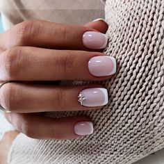 Semi-permanent varnish, false nails, patches: which manicure to choose? - My Nails Colored French Nails, French Tip Nails, Short French Nails, French Manicure Acrylic Nails, French Manicure Designs, French Nail Art, Nails Design, Stylish Nails, Trendy Nails