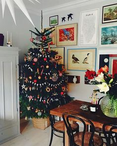 "Posters and posters are perfect gifts to convey a message: ""Enjoy life"" or ""Visit New York!"" Deco fans will appreciate and others will find inspiration. Christmas Tree Painting, Small Christmas Trees, Ribbon On Christmas Tree, Christmas Tree Themes, Merry Little Christmas, Christmas 2019, Simple Christmas, Christmas Home, Christmas Tree Decorations"