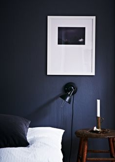 Wow! Vi drømmer om den her mørkeblå farve i soveværelset - måske bare på en enkelt væg... // Dark blue navy wall and crisp White sheets. We want this bedroom // Fra BO BEDRE