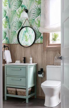 ¿Qué te parece este papel pintado de palmeras para tu baño? Hazle sitio al verde en su vertiente más fresca y relajante, ¡y presume de aseo tropical!