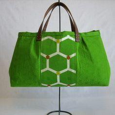 半帯をリメイクして作った大きめトートと、ちょい持ちサイズのトートバッグとパスケースのセットです。裏地には、絞りの着物生地(大きめトート)と大胆な花がらのサテンシルク(ちょい持ちサイズトート、パスケース)を使用。鮮やかなグリーンカラーと織柄がシンプルな装いにもスパイスを与え、とても素敵です。晴れた夏空にピッタリのトリオに仕上がりました。素材:半帯、シルク裏地:絞り、サテンシルクその他:本革、綿、メッキファスナー