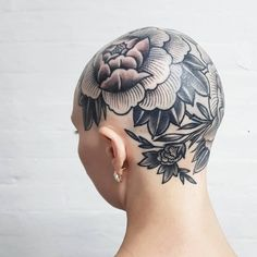 Flower Tattoos: Discover The Most Beautiful Flower Tattoo Gallery In The World Face Tattoos, Body Art Tattoos, Girl Tattoos, Tattoos For Women, Tatoos, Bald Head Tattoo, Tattoed Women, Traditional Tattoo Art, Beautiful Flower Tattoos