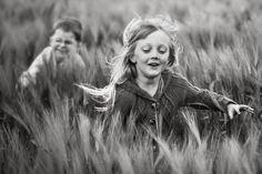 Живет в Польше женщина с библейским именем Магдалина. У нее двое детей, в том числе дочь, которую она очень любит снимать, хотя и не является профессиональным фотографом и тем более не имеет профильного образования. В общем, совершенно обычная история. У всех в семейных альбомах есть любительские фотографии, сделанные нашими родителями лет этак двадцать-тридцать назад. Вся разница лишь в том, что снимки Магды стали известны и популярны, а сама она получила за них многочисленные награды…