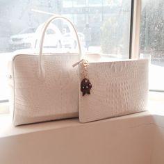 [VASA] NEW MARI BAG_CAIMAN WHITE / DENI CLUTCH WHITE Leather Craft, Leather Bag, Louis Vuitton Damier, Clutches, Stage, Design Inspiration, Handbags, Pattern, Fashion