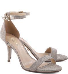 Quer uma sandália clássica e versátil para usar como peça-chave em qualquer ocasião? Este modelo de textura brilhosa, com salto médio e delicadas tiras finas é perfeito para você arrasar, deixando qu