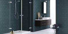 Tummanvihreä kylpyhuone tuo mieleen havumetsän. Yksinkertaisen tyylikkäät kylpyhuonekalusteet viimeistelevät tilan. Suihkukulma: Dansani Air │ Laattapiste