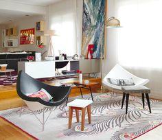 A Poltrona Coconut, criada pelo designer George Nelson, tem uma estrutura feita em fibra de vidro, tornando-a muito resistente. Sua forma de concha é muito aconchegante e confortável. Ótima para compor sua sala de estar *_*