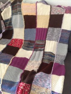 Warme Decke aus Resten von Sockenwolle gestrickt.