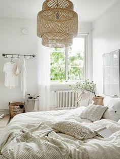 dormitorios matrimonio muy acogedor, colores naturales, plantas, cojines, cesta para ropa sucia