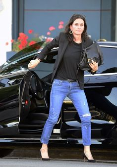 Courteney Cox Casual Style - Out in West Hollywood Friends Episodes, Friends Series, Friends Show, Cougar Town, Courtney Cox, Heart Eyes, West Hollywood, Skin Tone, Capsule Wardrobe