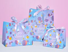 Colorful birthday gift shopping paper bags with ribbon design is ready in stock. We use high quality PP handle on this paper bag, which is more strong and more powerful. Welcome to contact us for consultation. WhatsApp: +86 15594786050 #bag #bags #papergiftbags #packing #design #customized #fashion #luxury #shopping #birthday Custom Paper Bags, Paper Gift Bags, Paper Gifts, Paper Grocery Bags, Paper Shopping Bag, Paper Packaging, Packaging Design, Paper Bag Design, Colorful Birthday