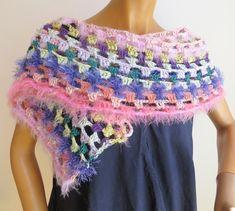 dieser gehäkelte Schal ist ein absoluter Hingucker, kann auch für elegante Anlässe getragen werden Elegant, Shawls, Crochet Necklace, Scarves, Colours, Wool, Fashion, Tricot, Ponchos