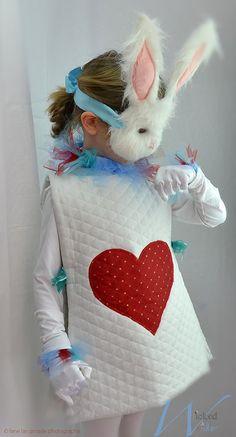 Disfraz de Halloween de conejo blanco de Alicia y el país de las maravillas para niños por travieso y maravilla. Incluye puños muñeca enguantada blanca y ruff real! ------------------------------  Es tarde... Es tarde... para una fecha muy importante!  Conejo blanco traje que incluye blanco acolchado y corazón appliquéd túnica, guantes blancos, Acerino de cuello. (No incluye máscara)  Este traje que funciona muy bien para niños y niñas es un traje de compañero a nuestra Alicia en vestido…