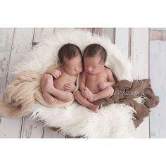 Amor em dose dupla  Luigi e Lorenzo 21 Dias  #newborn #newborntwins #gemeos #amormaior #ensaionewborn #bebes #babyboytwins #twingirls #lauraalzueta by lauraalzueta
