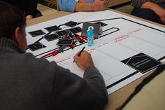 Teilnehmer schreiben eifrig ihre Ideen auf.