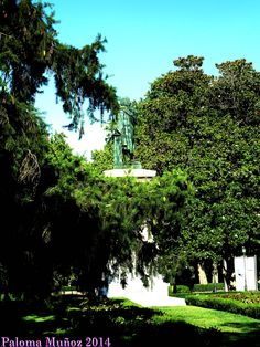 Estatua de Murillo entre el Museo del Prado y el Botánico. Murillo statue between the Prado Museum and the Botanical