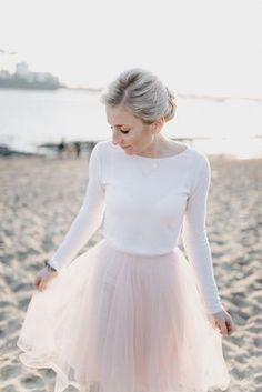 Standesamtkleid mit Tüllrock und Pullover A velvet dress with tulle skirt and sweater (photo: photo Wedding Dress, Winter Bride, Office Dresses, Tulle, Velvet, Bridal, Pretty, Skirts, Bridal Dresses