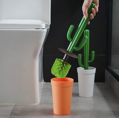Don't let the plant just stay beautifully in the toilet but use it as a toilet brush! Not joking! you can use this cactus to brush your toilet at ease and keep it in place without anyone notice. Toilette Design, Diy Home Decor, Room Decor, Cactus Decor, Toilet Brush, Cool Inventions, First Home, Home Organization, My Room