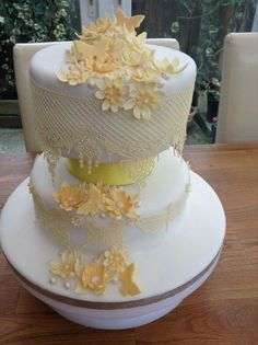sugar lace cake in yellow and cream