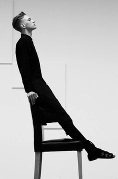 I wonder if he fell a few times while holding that pose. Film Noir Fotografie, Portrait Photography, Fashion Photography, Minimal Photography, People Photography, Black Photography, Shooting Photo, Foto Art, Fashion Poses
