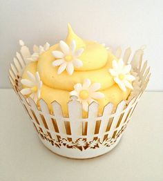 Daisy Cupcake by Heavenly-Cupcakes Daisy Cupcakes, Pretty Cupcakes, Beautiful Cupcakes, Easter Cupcakes, Fun Cupcakes, Cupcake Cookies, Spring Cupcakes, Fancy Cakes, Cute Cakes