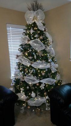 Silver Christmas Tree, Christmas Tree Wreath, Beautiful Christmas Trees, Christmas Tree Themes, Christmas Centerpieces, Christmas Tree Toppers, Xmas Tree, Christmas Tree Decorations, Christmas Holidays