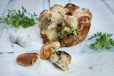 Der neue Trend unter den Broten: Monkey Brot! Mit Knoblauch wird das Monkey Brot zum echten Leckerbissen für zwischendurch, als feine Beilage zum Grillen oder als Partyhappen!
