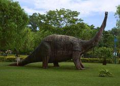 """Peirópoles - MG - Este pequeno vilarejo, localizado a 21 km de Uberaba, é dona de um sítio paleontológico com fósseis de 80 milhões de anos. Ali, estão instalados um museu e o Centro de Pesquisas Paleontológicas """"Llewellyn Ivor Price"""", que é, na verdade, um parque com réplicas de dinossauro em tamanho natural, com área para esporte e uma paisagem caracterizada pela beleza e tranquilidade."""