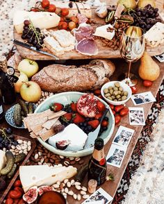It's about that time of year for a Mediterranean Inspired Beach Picnic. Get ready to pack your favorite picnic basket with an abundance of easy beach food you can enjoy while watching that sunset! Picnic Date, Beach Picnic, Summer Picnic, Garden Picnic, Summer Fall, Antipasto, Comida Picnic, Brunch, Christmas Lunch
