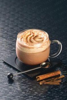 Heiße Schokolade Rezept   200 ml Milch 2 TL Feinste Schokolade (Pulver) 1 TL Ahorn-Sirup 1 Prise Zimt 1 EL geschlagene Schlagsahne