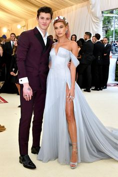 Shawn Mendes & Hailey Baldwin from 2018 Met Gala: Red Carpet Couples Ah, young love. The model and singer-songwriter confirm they're romance for the first time. Gala Dresses, Red Carpet Dresses, Nice Dresses, Formal Dresses, Evening Dresses, Lili Reinhart And Cole Sprouse, Met Gala Red Carpet, Elegantes Outfit, Bridesmaid Dresses