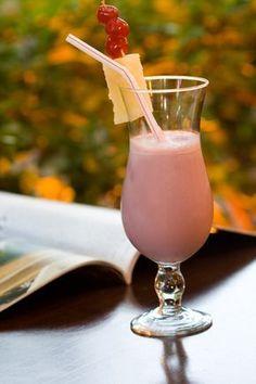Receita de Drink Bela Adormecida        Ingredientes:   - 1 copo de geléia de abacaxi   - 1 lata de leite condensado   - 1 garrafa de guaran... Bar Drinks, Alcoholic Drinks, Cocktails, Beverage, Cocktail Shots, Kefir, Summer Drinks, Mixed Drinks, Sangria
