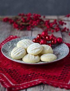 unglaublich zarte Schneeflöckchen Kekse. Sie sind ganz einfach zu backen, nur fünf Zutaten. Die Kekse zergehen auf der Zunge.
