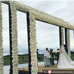 Encantada com está bodas 😱. Repost from @paranoivasmineiras @TopRankRepost #TopRankRepost Um altar de arrancar suspiros, decoração clean, clássica e surpreendentemente linda no Haras Sahara! . #sarahetiago2017 #noivasmineiras #casandoembh #belohorizonte #harassahara #boutiquede3 #weddingday #casamentoluxo #casamento2017 #luxurywedding