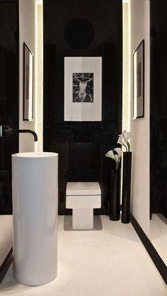 Perfecta combinación de los tonos blanco y negro en este sofisticado aseo.