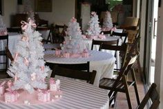 There is nothing perfect than to celebrating your baby shower ideas. If you are creating winter baby shower ideas, it must be perfect for you to apply. Most people have a specific concept to apply for their baby shower celebration. Fiesta Baby Shower, Baby Shower Themes, Baby Shower Gifts, Winter Diy, Baby Winter, Shower Bebe, Girl Shower, Mesas Para Baby Shower, Pink Christmas Decorations