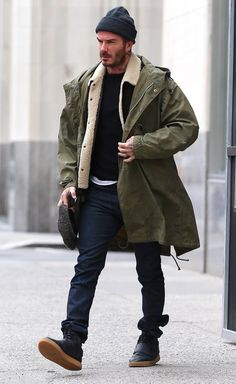 David Beckham casual fall combo idea with a white t-shirt black sweater brown leather shearling lined jacket olive raincoat gray beanie black slim cut denim flatcap black high top gum sole sneakers. Mode David Beckham, David Beckham Style, Look Street Style, Men With Street Style, Mode Masculine, Denim Jeans Men, Men Looks, Winter Outfits, Winter Fashion
