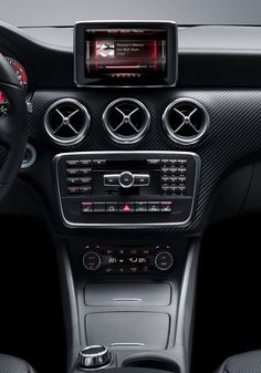Mercedes A-Klasse is altijd online met Drive Kit Plus voor iPhone New Mercedes A Class, Mercedes Gla, Mercedes Benz Interior, A45 Amg, Benz A Class, Steyr, Geneva Motor Show, Iphone 4s, Apple Iphone