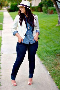 Chica pluz size vistiendo con pantalón de mezclilla, blazer y sombrero