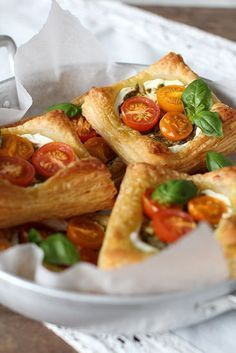 Nämä helpot piiraat syntyvät todella nopeasti ja täytteitä voi vaihdella oman maun mukaan. Voit käyttää myös kaupan valmiita lehti- j... Vegetarian Recipes, Snack Recipes, Snacks, Quiches, Savoury Baking, Vegan Foods, Soul Food, Finger Foods, Food Inspiration