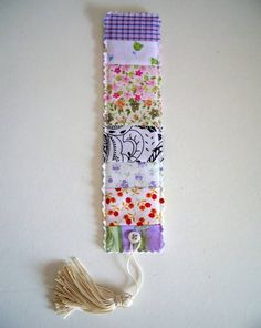 I like the finishing with the key tassel. Creative Bookmarks, Diy Bookmarks, Small Sewing Projects, Sewing Crafts, Handmade Crafts, Diy And Crafts, Fabric Scraps, Scrap Fabric, Tiny Gifts
