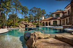Scopriamo tramite foto 16 spettacolari ville di lusso, straordinarie abitazioni con piscina dal design unico che vi sorprenderanno per bellezza e magnificenza